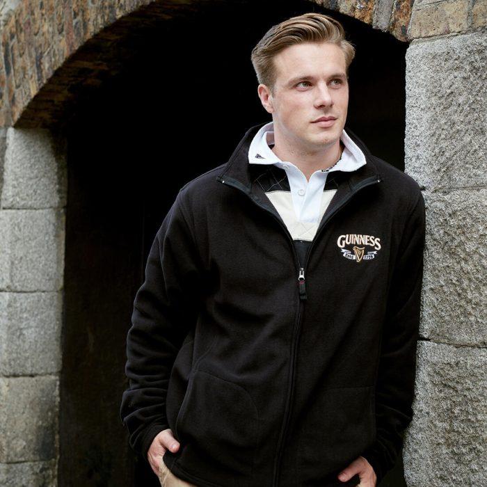 Giacca in Pile Guinness di colore nero con Logo oro e bianco - modello - Viaggiare in Irlanda