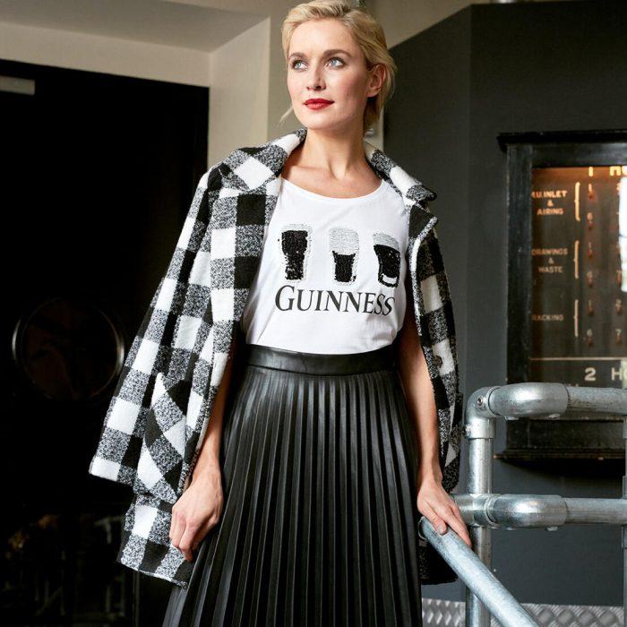 T-shirt Guinness da donna bianca con paillettes a 2 vie - modella - Viaggiare in Irlanda