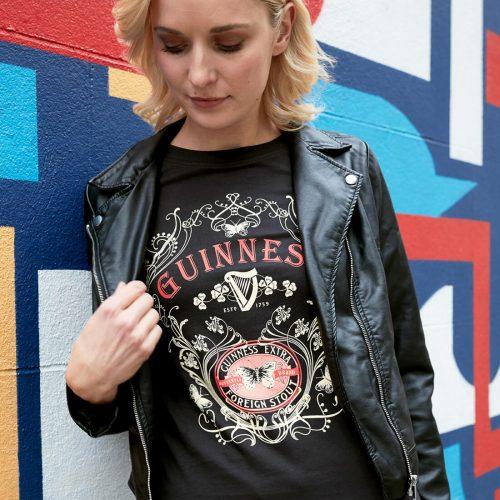 T-Shirt da Donna Guinness con Farfalla e Stampa Extra Stout di Colore Nero - Modella - Viaggiare in Irlanda