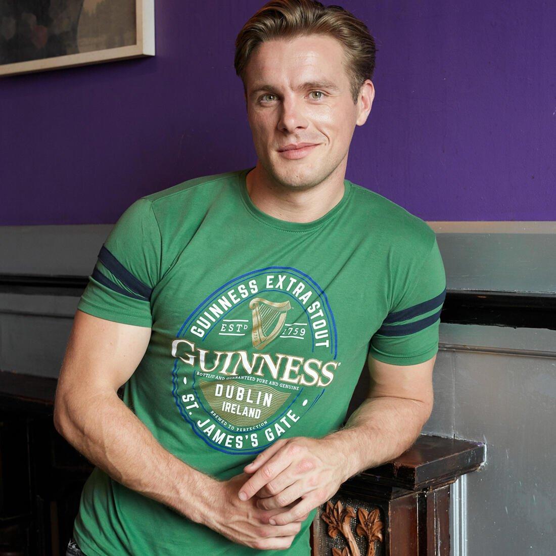 T-shirt Guinness Classica colore verde con logo Guinness - Modello - Viaggiare in Irlanda