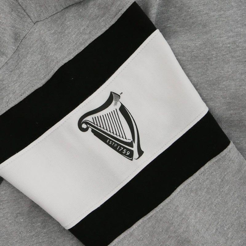 Felpa con cappuccio Guinness con logo e scritta Guinness - Particolare Manica - Viaggiare in Irlanda